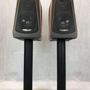 Quad Moda 2000 è un diffusore da stand nero e legno vista frontale