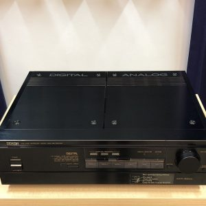 Denon DAP-5500 è un preamplificatore digitale e analogico usato nero vista frontale chiuso